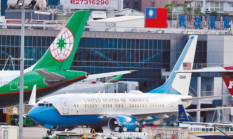 美國衛生部長阿札爾一行人9日抵達台北松山機場,訪問團乘坐美國空軍C-40B行政專機,機身上漆有美國國旗。(鄭任南攝)