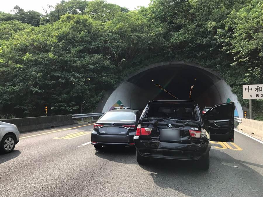 國道3北上中和隧道貨車追撞4車,交通大打結。(圖/翻攝自畫面)