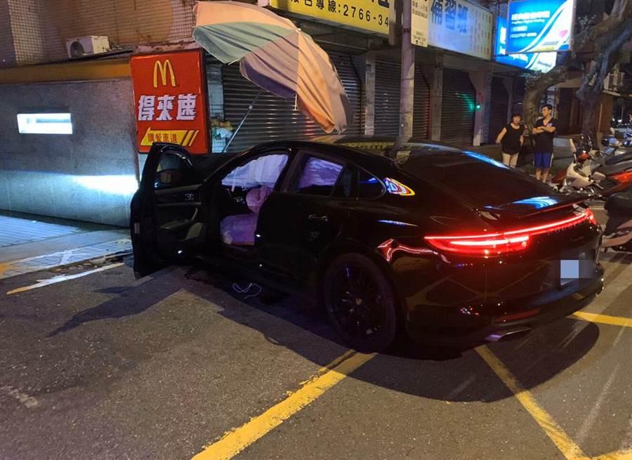 北市信義區10日凌晨,一台保時捷跑車駕駛酒駕,疑似沒對準,車頭直接撞進麥當勞得來速車道圍牆。(民眾提供/戴志揚翻攝)