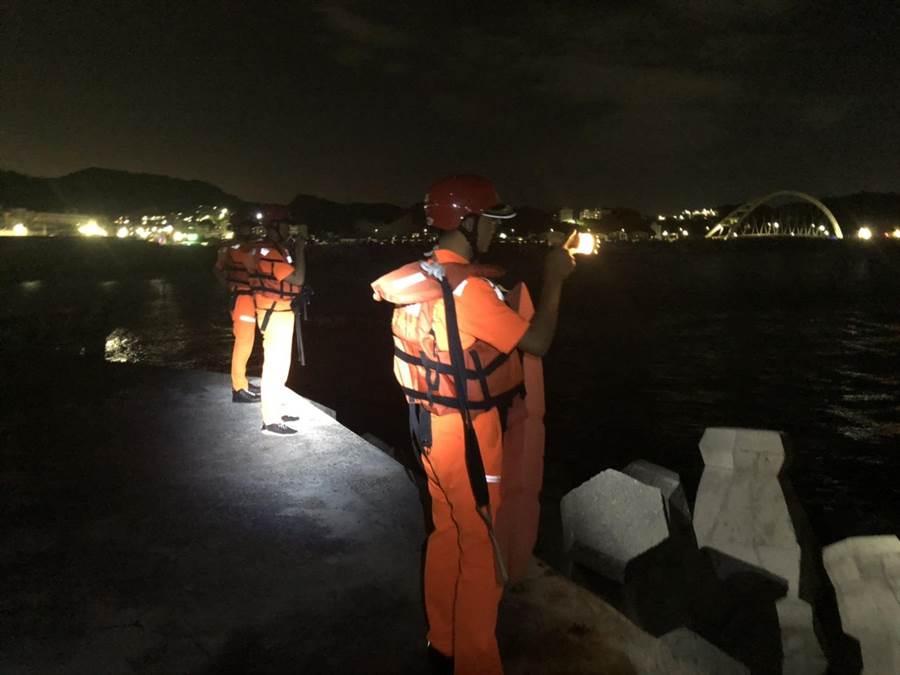 4名釣客7日晚間夜釣,不慎在距基隆市潮境公園岸際約1浬處翻覆,2人救回、1死、1失蹤,海巡隊仍持續搜索中。(翻攝畫面/張穎齊基隆傳真)
