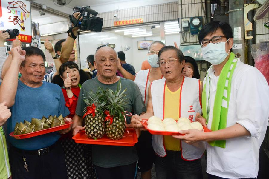 陳其邁10日上午到三民市場拜票,受到熱烈歡迎。(林宏聰攝)