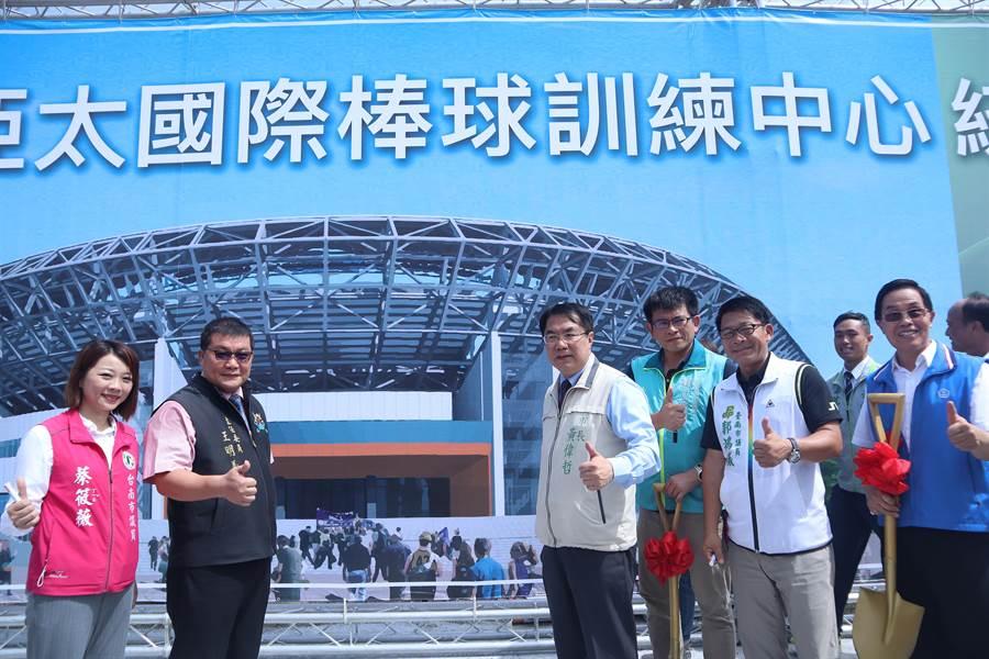 全台最大的台南亞太國際棒球場訓練中心二期工程今日(10)上午動土。(李宜杰攝)