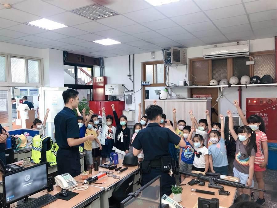 國小學童至清水警分局清水派出所參訪,開心體驗警用裝備。(清水警分局提供/陳淑娥台中傳真)