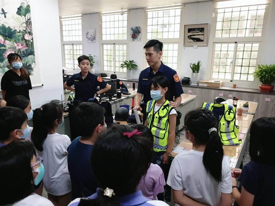 國小學童參訪清水派出所,對基本法律及交通安全常識有更多認知。(清水警分局提供/陳淑娥台中傳真)