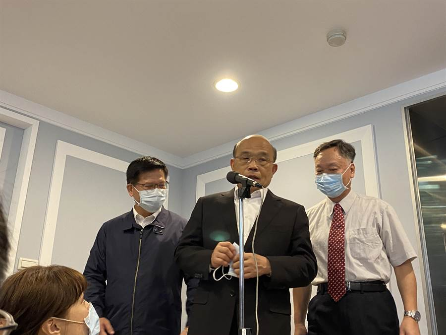 行政院長蘇貞昌今領隊視察交通部氣象局。(李柏澔攝)
