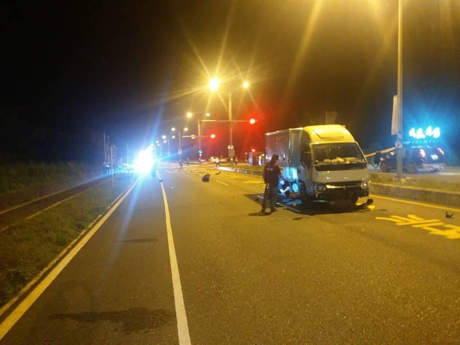 昨日晚上8點許,花蓮光復鄉發生一場自小貨車與機車發生碰撞事故,20歲巫姓女騎士被撞飛,當場沒有呼吸心跳,送醫不治。(警方提供/羅亦晽花蓮傳真)