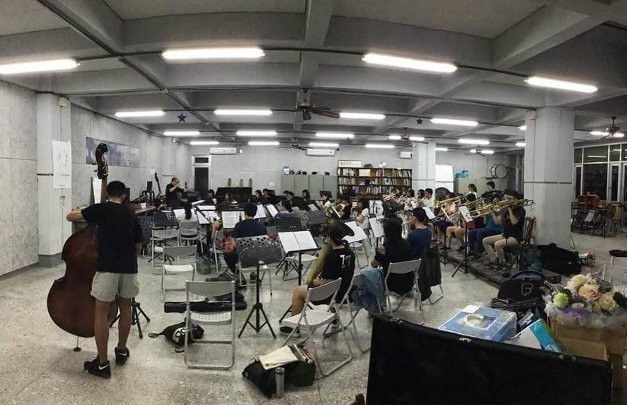 台南女中校友管樂團第十六屆音樂會「穿躍.穿樂」以異國特色風情為主題,8月15日將在高雄衛武營國家藝術文化中心音樂廳演出。(台南女中校友管樂團提供/林宏聰高雄傳真)