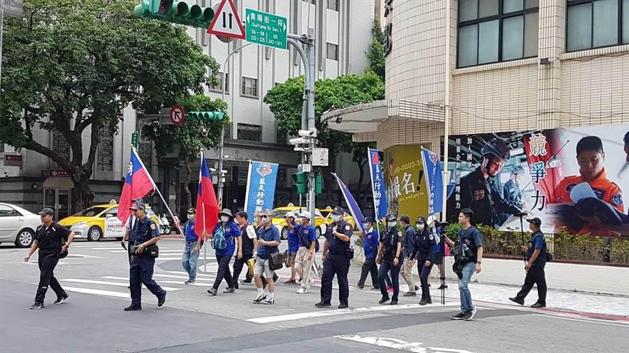藍天行動聯盟上午11點32分離開國軍英雄館徒步走向總統府遞交抗議李登輝葬國軍公墓陳情書。(李文正攝)