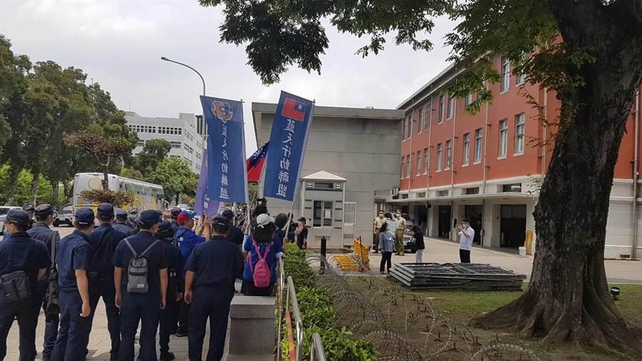 藍天行動聯盟成員抵達總統府2號門並高呼口號「美國是國際土匪」後離去。(李文正攝)