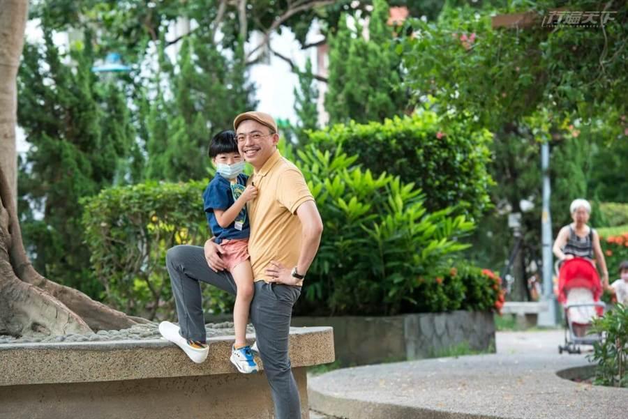 單親爸爸的藍聖傑同時要兼顧工作與家庭。(圖/行遍天下提供)