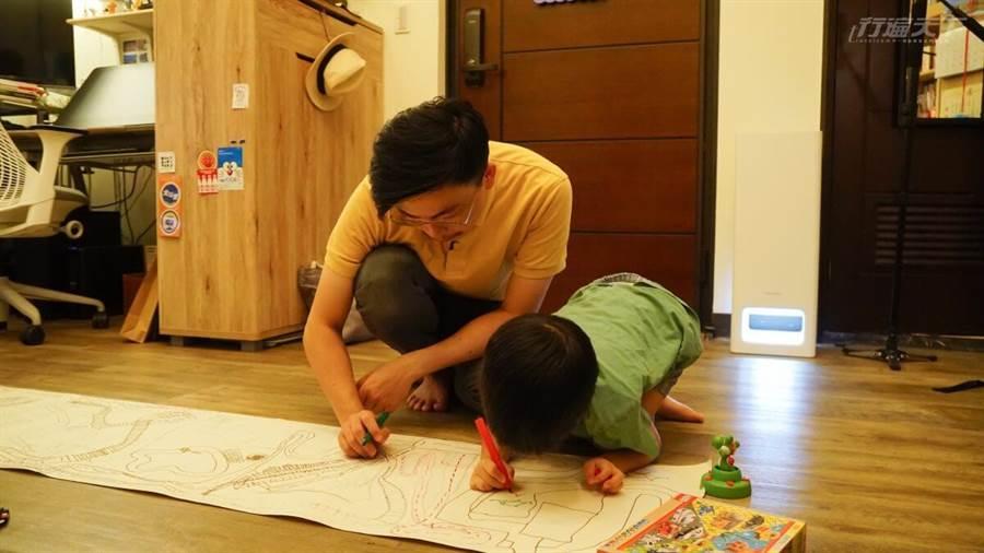 白天工作與家務,晚上就是與孩子的幸福時光。(圖/行遍天下提供)
