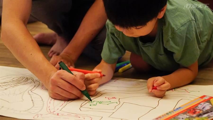 有其父必有其子,插畫家爸爸的孩子也愛作畫。(圖/行遍天下提供)