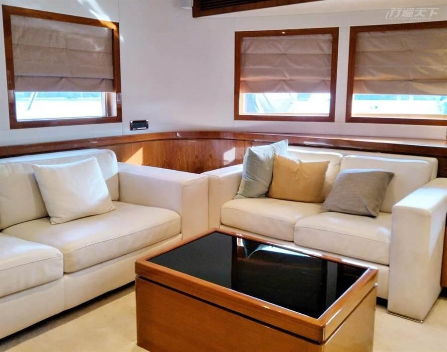 船艙內的舒適寬敞客廳能讓曬暈了的遊客躲進來好好休息一番。 (圖/行遍天下提供)