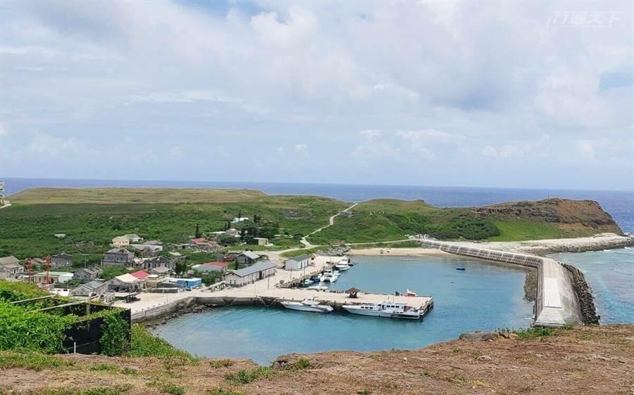 上東吉嶼制高點,眺望著很難得到達的秘境小島。(圖/行遍天下提供)