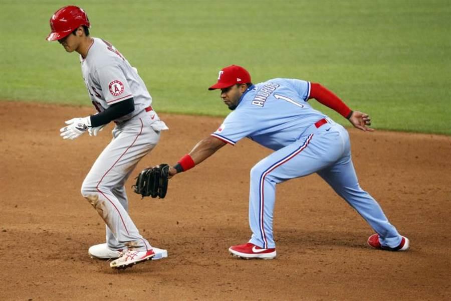 大谷翔平(左)擊出二壘安打安全站上二壘。(美聯社)