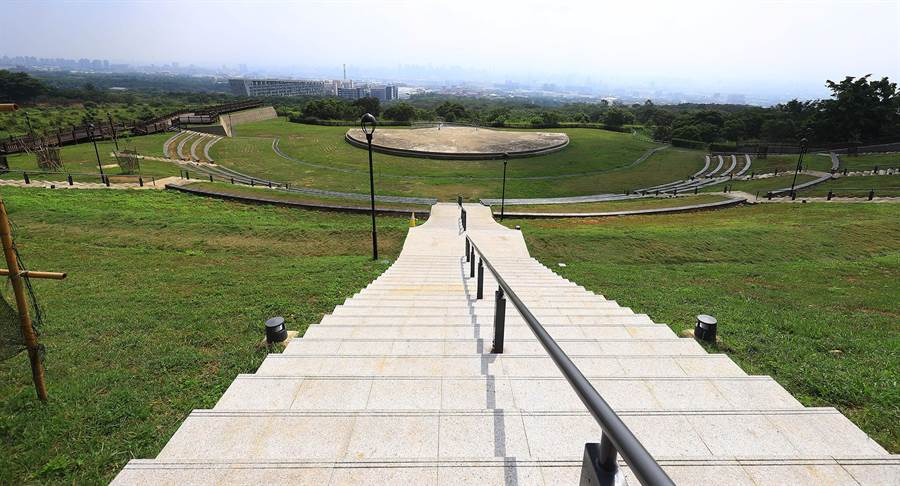 望高寮夜景公園由特色賞景規畫,帶給觀光人潮與嶄新的綠色腹地,提供市民舒適遊憩空間。(陳世宗攝)