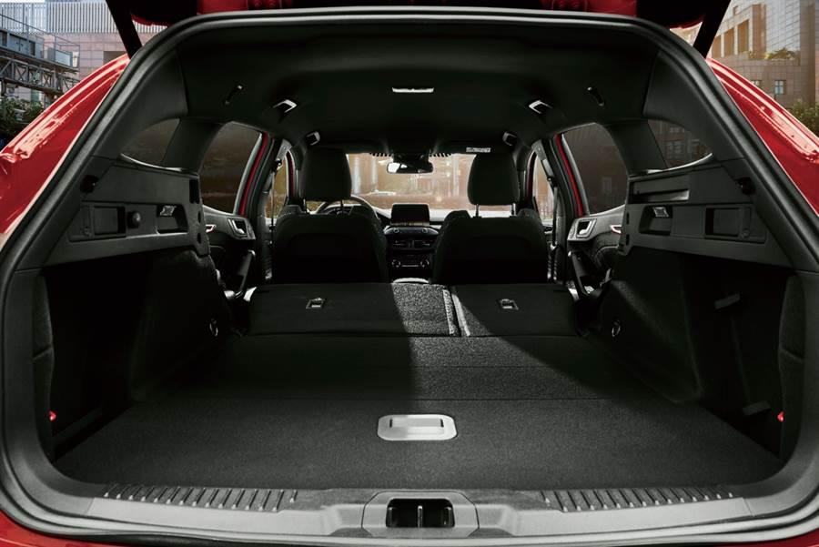 Ford Focus ST Wagon後座貼心設計六四分離機制,透過行李廂後座一鍵式傾倒裝置,可便利快速地將行李廂容積擴展至約1,576公升。