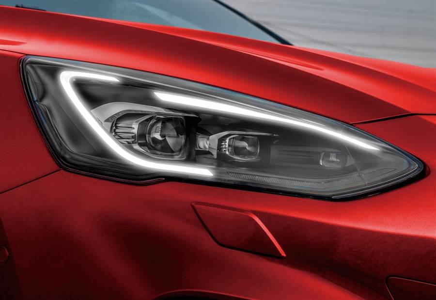 Ford Focus ST Wagon採用專屬「旭日之刃型LED日行燈」,整合AFS頭燈主動式轉向照明輔助系統,帶來更為醒目的辨識度與出色照明效果。