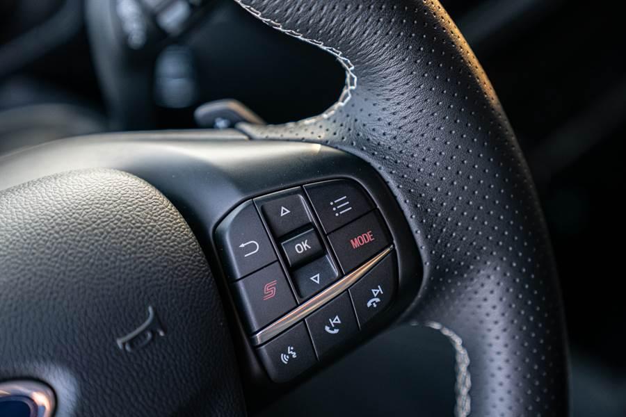 New Ford Focus ST Wagon採ST專屬平底運動化方向盤,於右側多功能按鍵附「S」按鍵與「Mode」選擇模式鈕,駕駛人可在目不離路的狀態下迅速切換動態模式