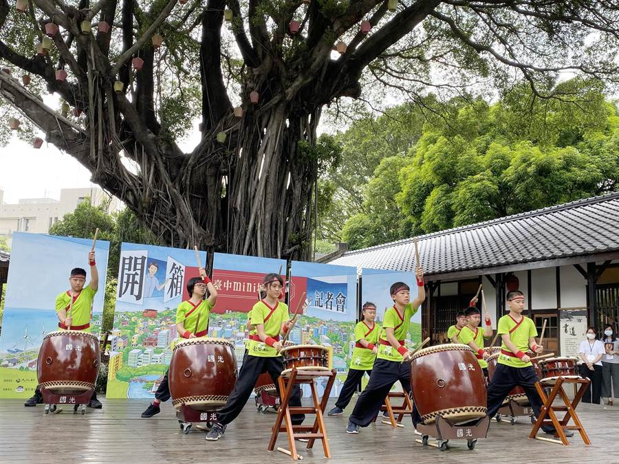 台中市文化局啟動「台中mini城市盒」活動,以小朋友的擊鼓演出揭開序幕。(陳淑芬攝)