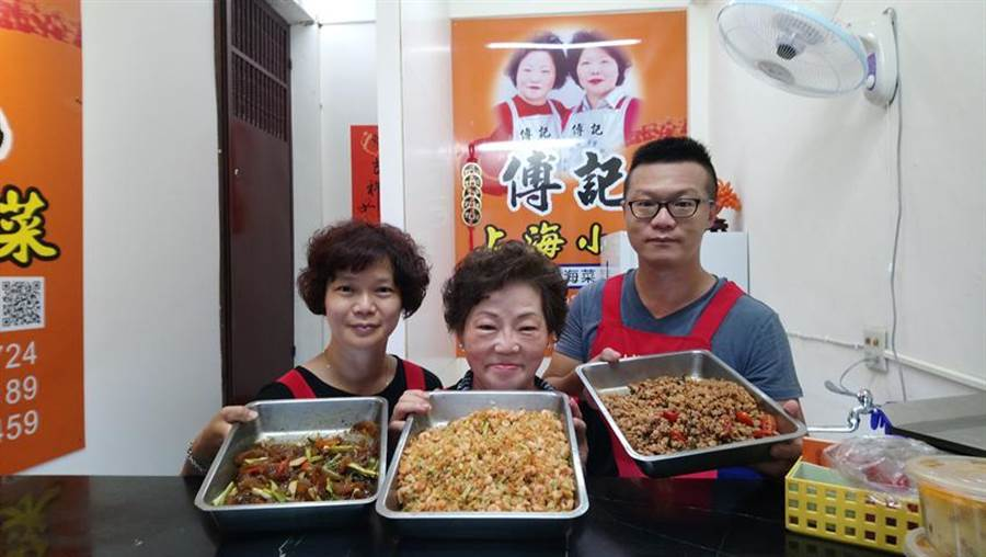 傅雲鳳(中)在兒女回來接班後,一家合力搶攻冷凍熟食宅配商機。(圖/曾麗芳)