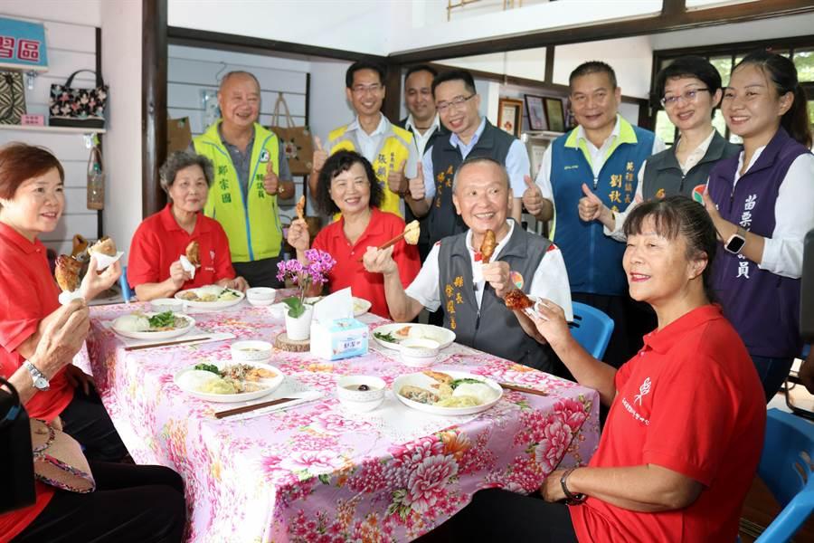 今年苗栗縣政府推動幸福學院銀髮共餐服務,鼓勵長輩走進校園參與活動,打造樂齡生活。(何冠嫻攝)