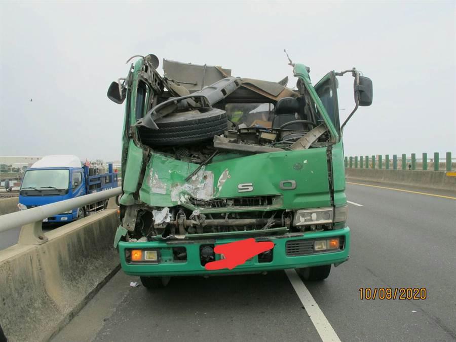 曳引車玻璃飛出砸到對向曳引車。(彰化踢爆網提供/吳敏菁提供)