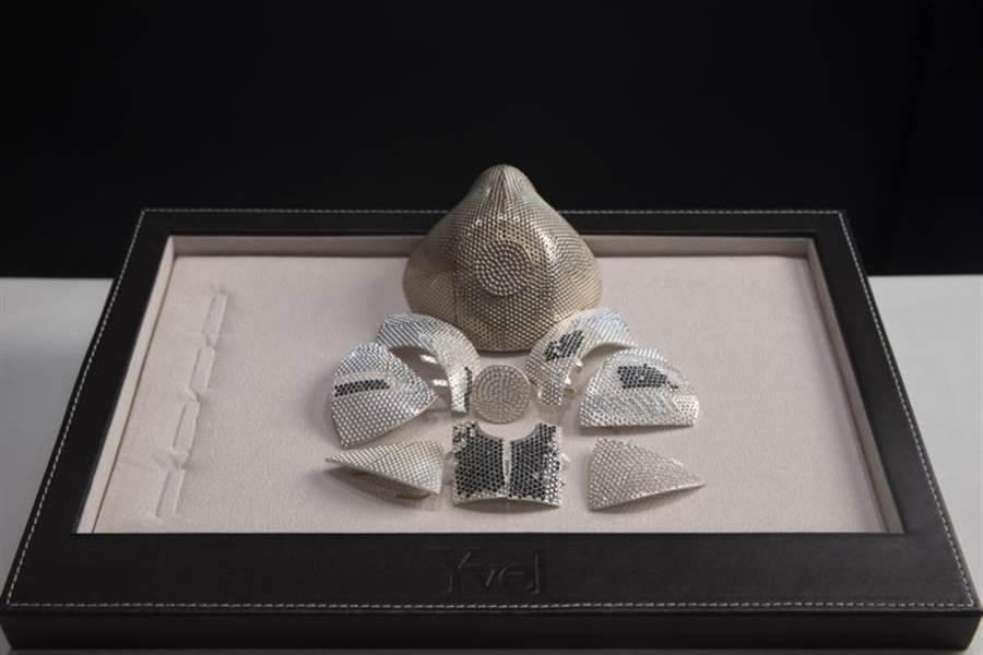 Yvel珠寶公司老闆兼設計師李維(Isaac Levy)使用18K白金和3600粒黑白色鑽石鑲嵌,配上頂級N99濾芯,製造出這款要價150萬美元的口罩。(美聯)