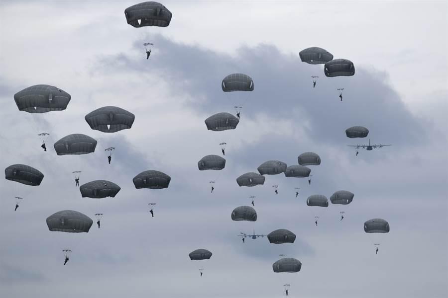 傘兵空降示意照。(達志影像/Shutterstock)