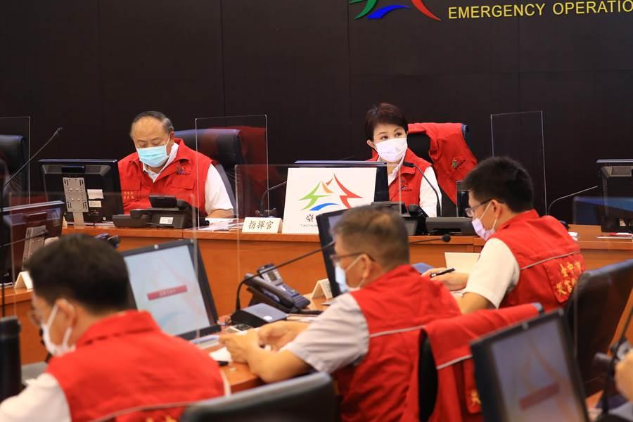 中央氣象局發布米克拉颱風警報,台中市長盧秀燕10日坐鎮災害應變中心,要求不能掉以輕心。(盧金足攝)