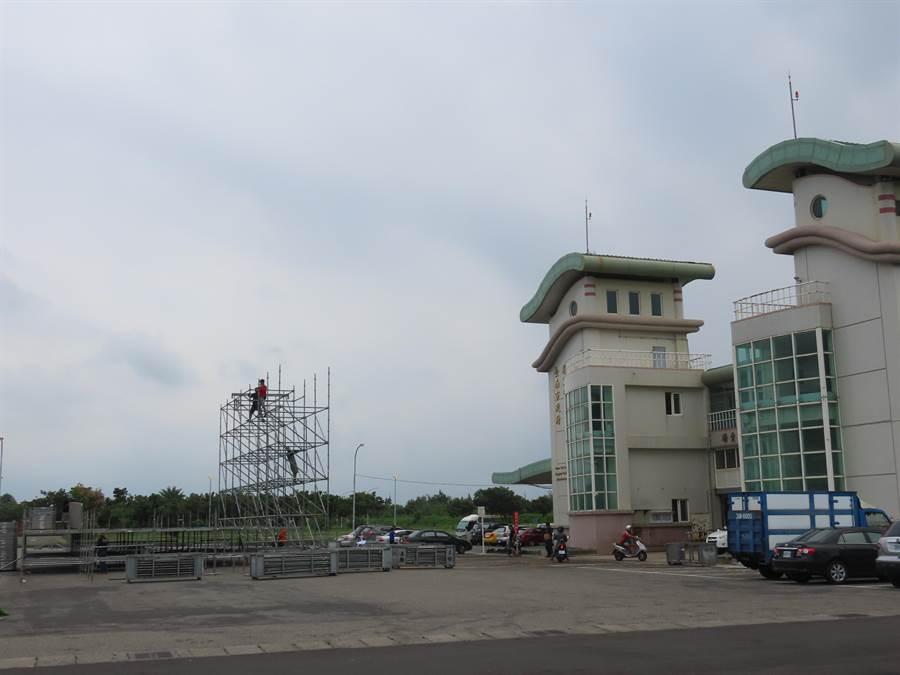 「將軍吼」演唱會將在台南市將軍漁港登場,舞台已經搭建中。(莊曜聰攝)