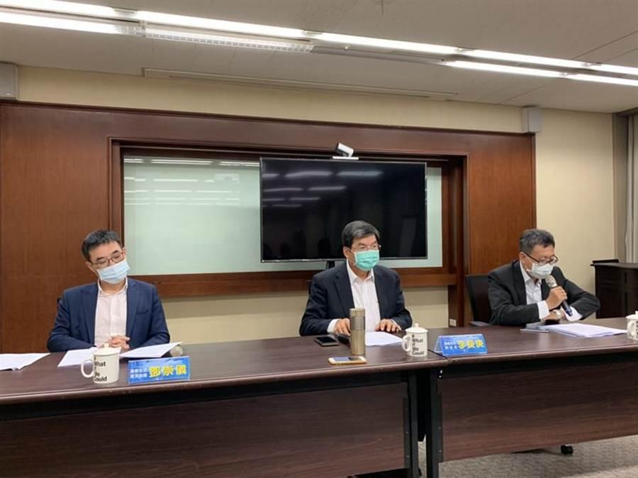 國泰金控總經理李長庚(中)宣布一次認列印尼投資140億元的損失。圖/彭禎伶