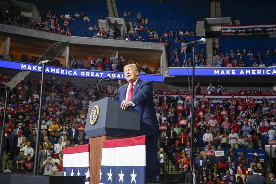 美國總統川普今年6月20日在奧克拉荷馬州造勢,樓上沒有坐滿,還有很多空位。(美聯社)