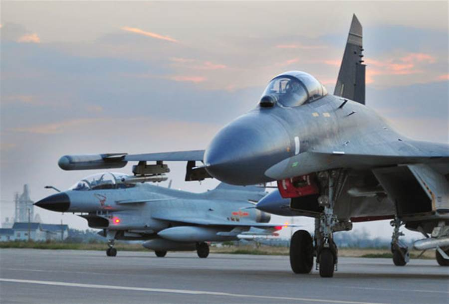中共空軍的殲10(遠處單垂尾者)與殲11(近處),據說共軍戰機跨過中線,我空軍防空飛彈對其鎖定。(圖/觀察者網)