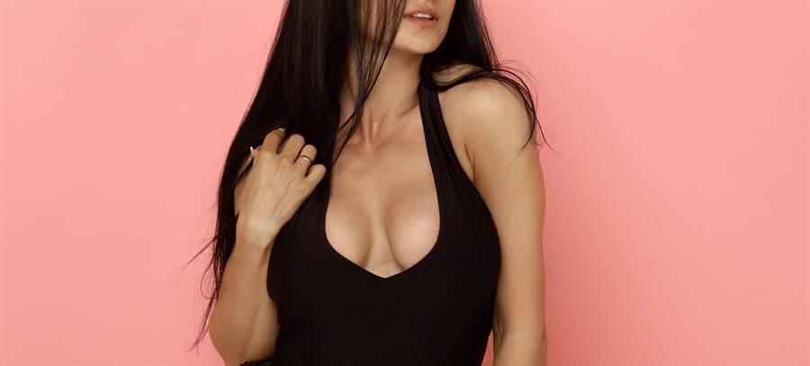 大陆贵州黔东南州凯里市里的一处「学雷锋志愿服务」,惊见2位穿着洋装的低胸巨乳正妹坐在摊位上,悠閒的滑着手机。(示意图/达志影像/Shutterstock提供)