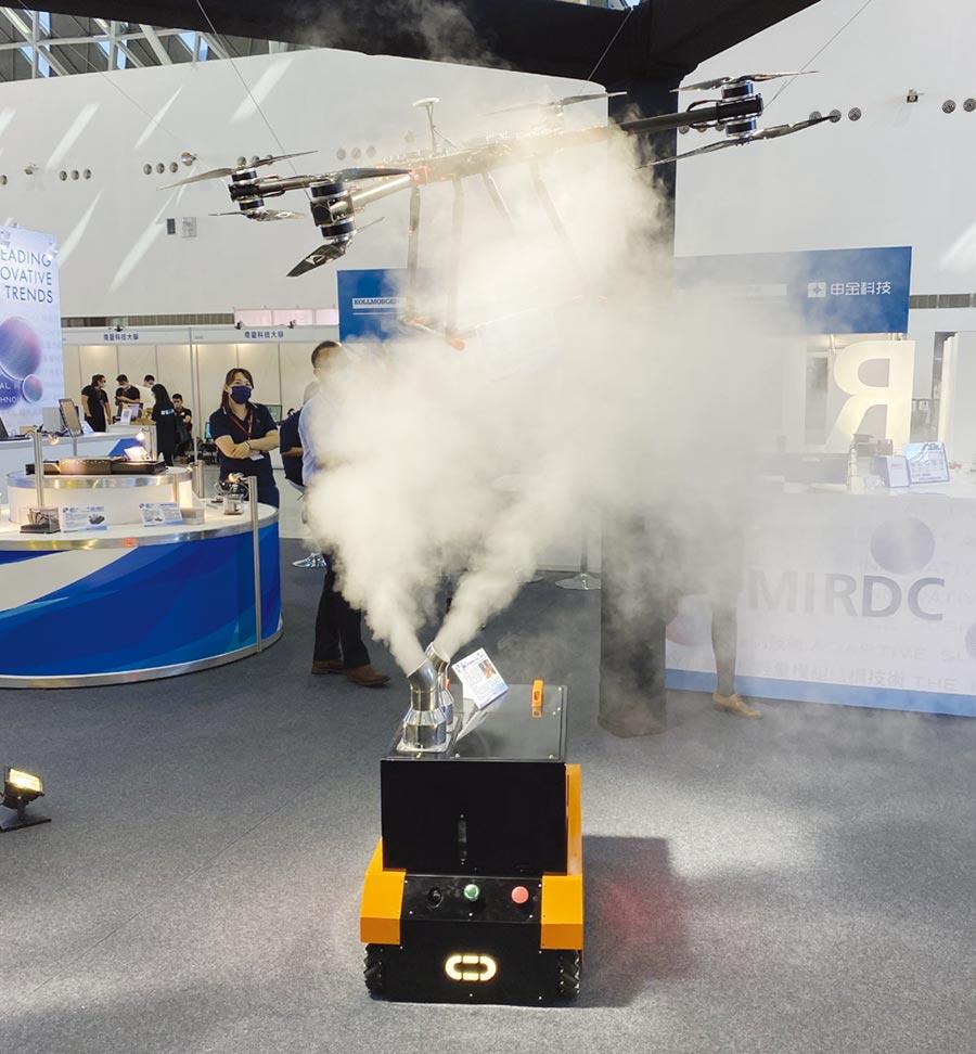 金屬中心展出自行研發的「自移式無人消毒噴霧機器人」技術,於會場相當吸睛。圖/金屬中心提供
