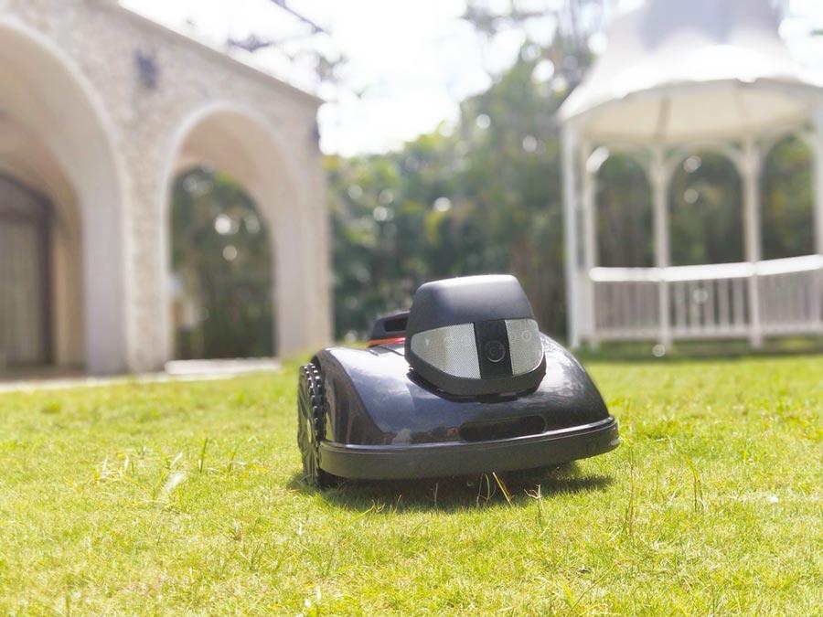 優式機器人推出全球首款電子圍籬定位護草機器人,除了可以養護家戶庭院的草地外,更希望能拓展到機關公園綠地、飯店民宿、景觀餐廳等場域。圖/優式機器人公司提供