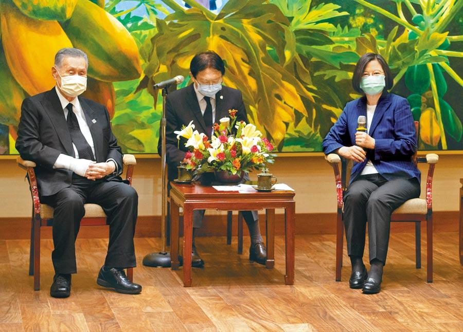 蔡英文總統(右)9日下午在總統府接見「日本弔唁故李前總統訪台團」,會中感謝日本前首相森喜朗(左)率團來台弔唁前總統李登輝。(中央社)