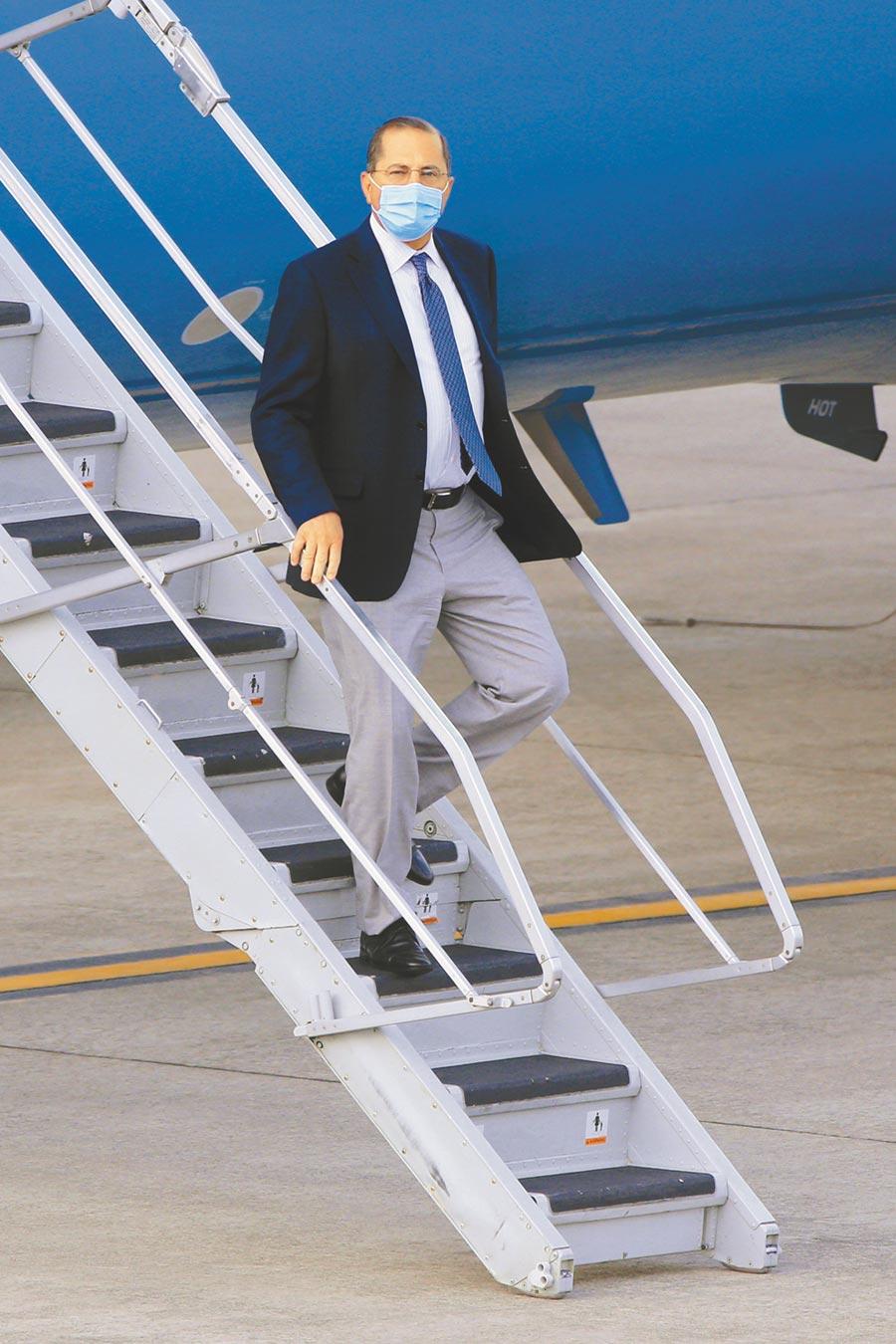 美國衛生部長阿札爾率團訪問台灣,專機於9日下午5時降落台北松山機場。(黃世麒攝)
