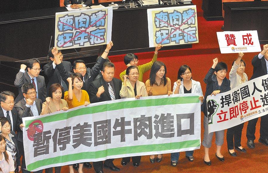 華府提案推動美台簽訂自由貿易協議,遭貿易代表萊海澤以「台灣存在貿易保護主義」為由予以否決;圖為2012年美牛進口台灣議題在立院掀表決大戰。(本報資料照片)