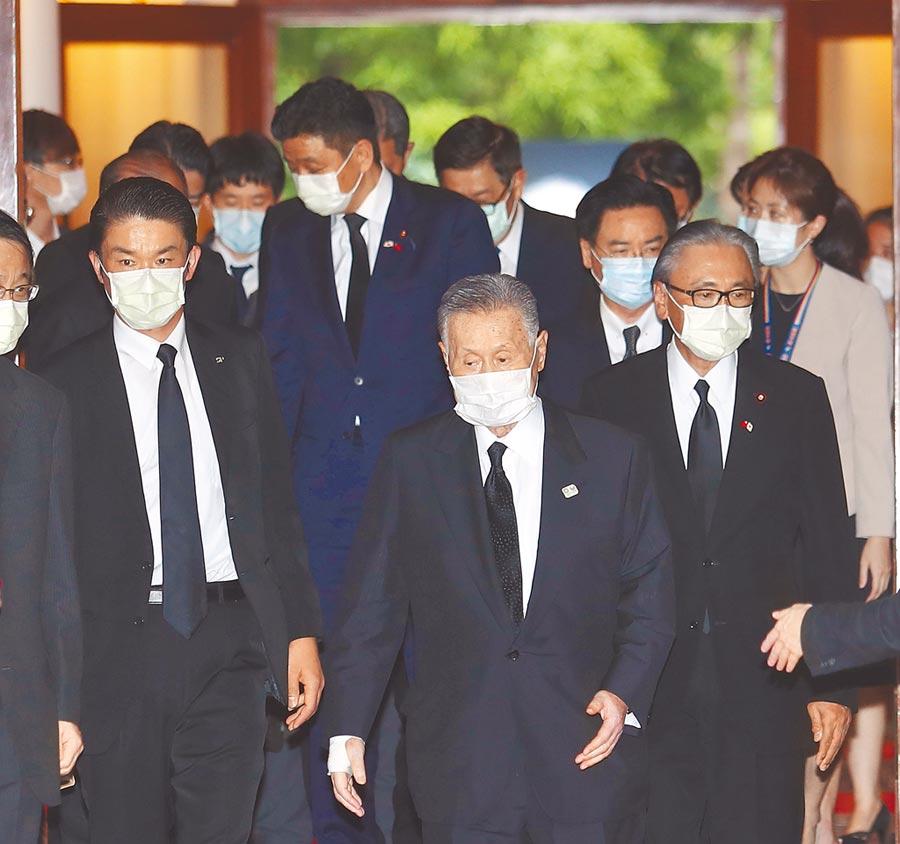 前總統李登輝辭世,日本國會議員9日由前首相森喜朗(中)率跨黨派議員組成弔唁團來台並向李前總統家屬致意。(陳怡誠攝)