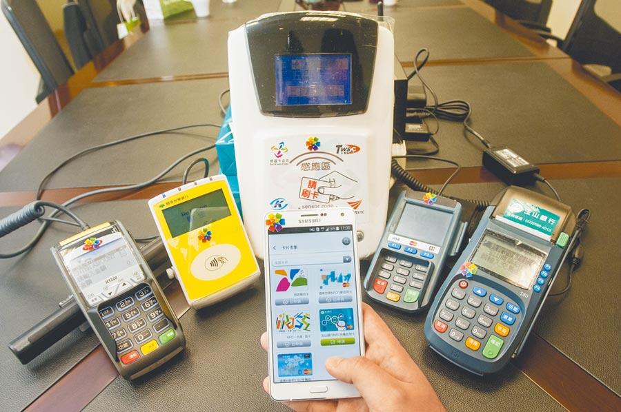 智慧型手機與App普及,標榜24小時服務的信用卡0800客服專線將逐步退場。(本報資料照片)