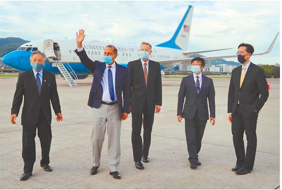 外交部政務次長田中光(左1起)、美衛生部長阿札爾(左2)、AIT處長酈英傑(左3)、衛生福利部疾病管制署署長周志浩(左4)。(外交部提供)