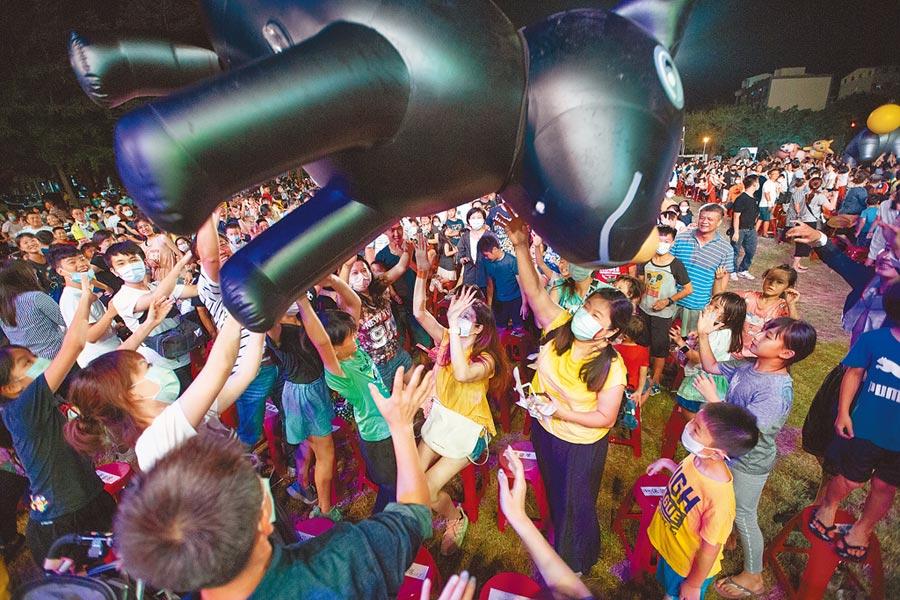 紙風車劇團熱情奔放的歌舞以及華麗的道具演出吸引小朋友的目光。(袁庭堯攝)