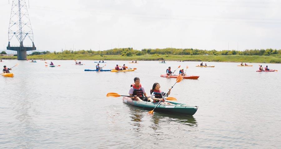 彰化線西鄉公所連續3年舉辦「獨木舟嘉年華」,划出慶安水道旖旎風光。(吳敏菁攝)