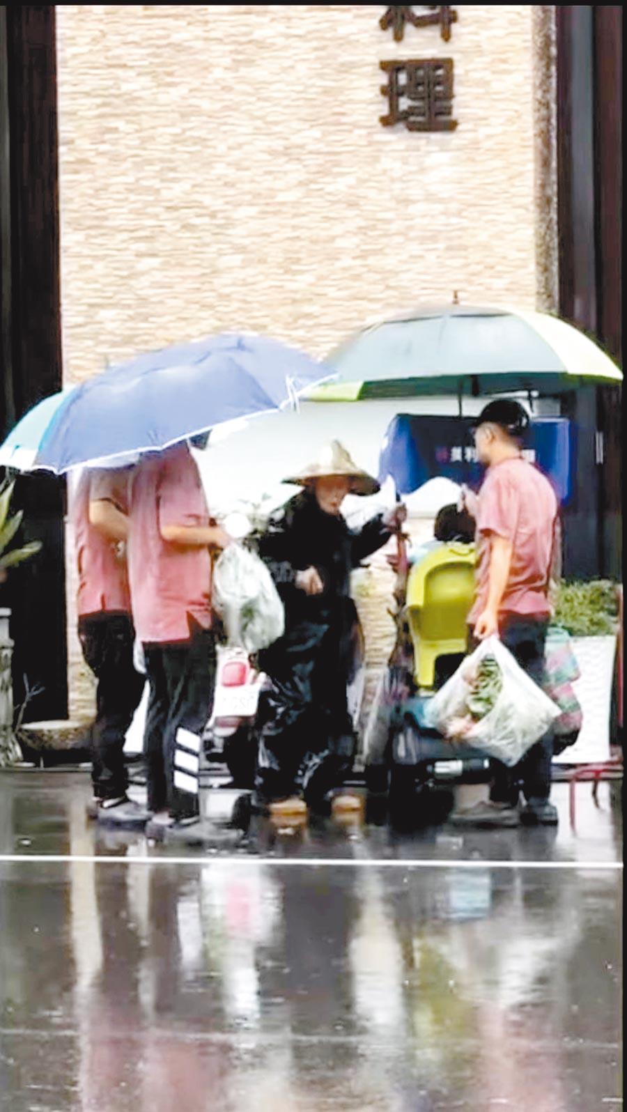 只是買個菜而已!吉品鐵板燒豐原店「暖廚」幫老農撐傘,還集資下架所有青菜,暖心之舉被路過民眾錄影拍下。(摘自《豐原好康聯盟社團》臉書社團)