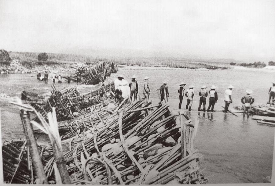 5、60年前,雲林農田水利會利用竹子、石塊製作椎狀的臨時攔水壩,放在3個進水口,稱為石笱,工業發達之後走入歷史。(雲林農田水利會提供)