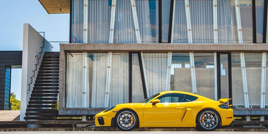 PORSCHE 718 Cayman GT4基本售價491萬元,試駕車選配賽車運動套件、LED頭燈含動態照片升級系統、PCCB陶瓷複合煞車系統等,總車價651萬9400元。(陳大任攝)