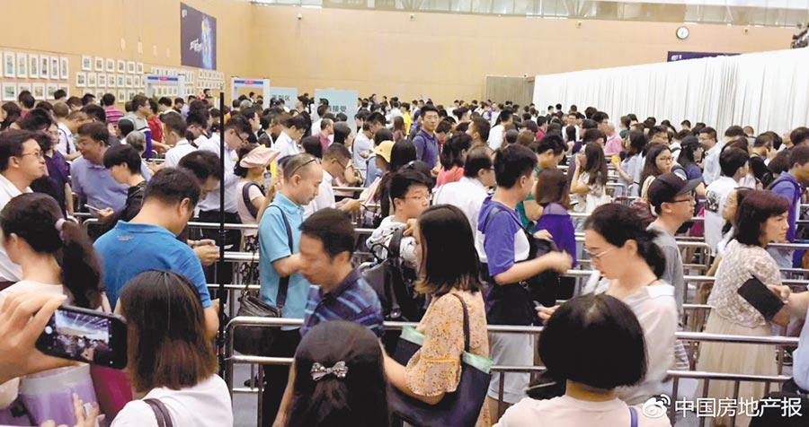 深圳排隊搖號買房的人潮大排長龍。(取自微博@中國房地產報)