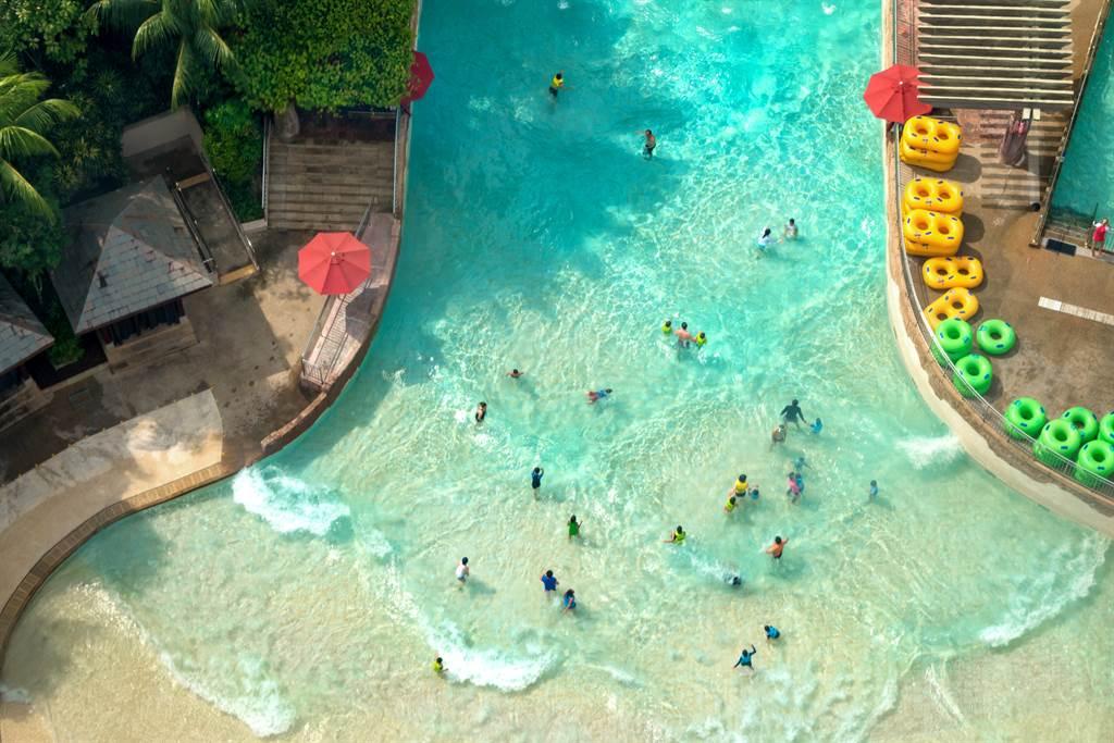 一名女高中生在網上控訴,和同學到水上樂園玩「人造浪」時,遭一群噁男鎖定,趁浪來襲伸出鹹豬手偷摸女性。(圖/Shutterstock)